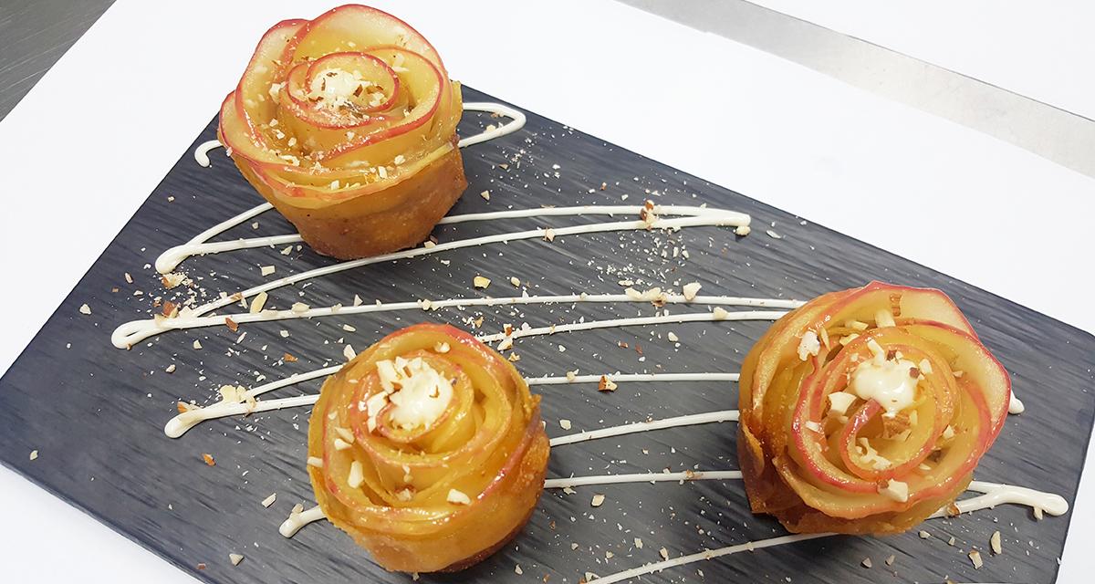Bánh táo hoa hồng với mayonnaise và hạnh nhân