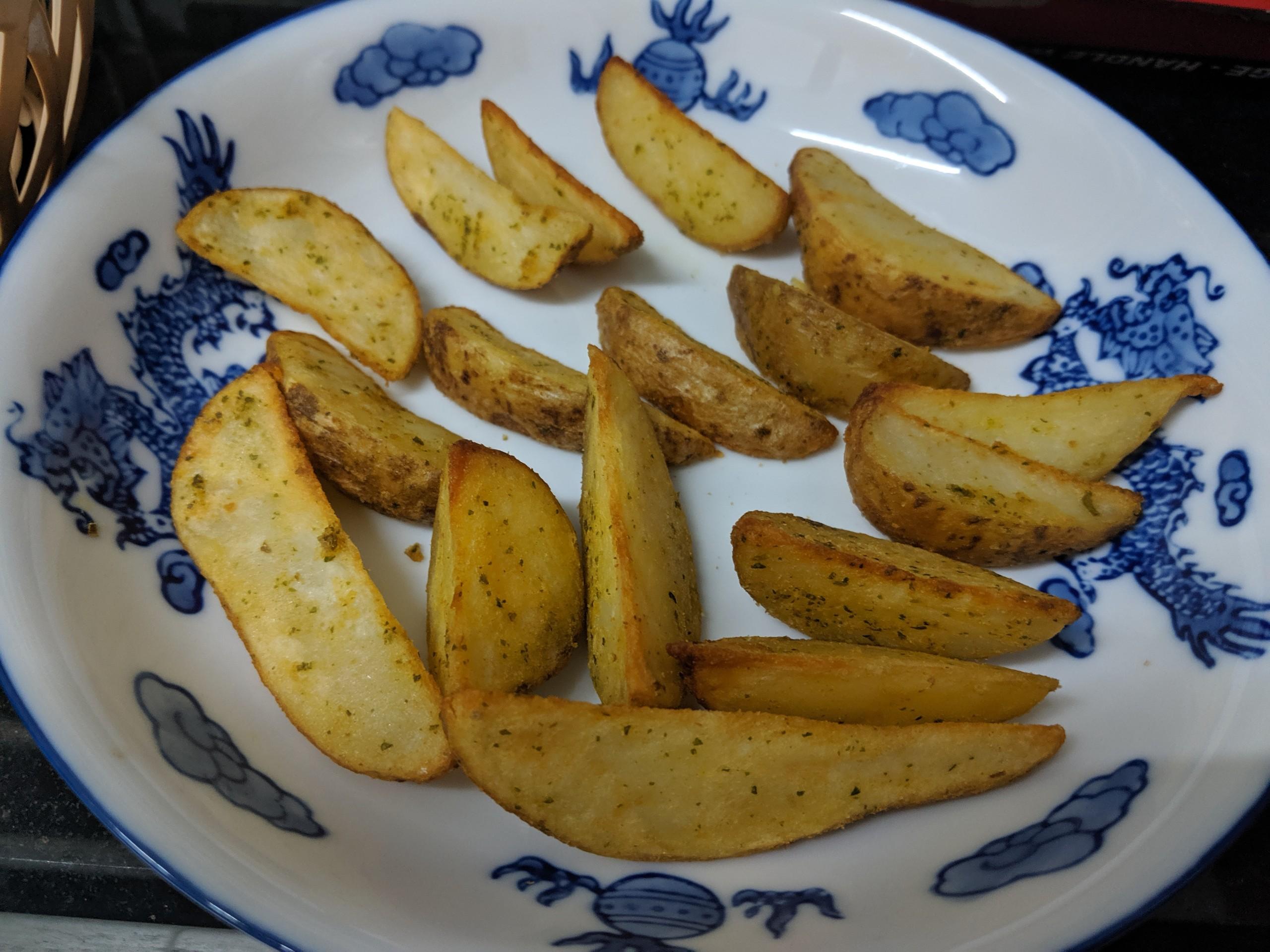 khoai tây cắt múi sau khi được nướng xong